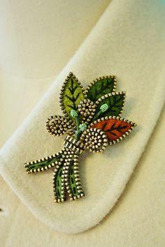 Felt and zipper multi leaf brooch ❤ by woollyfabulous on Etsy Zipper Flowers, Felt Flowers, Fabric Flowers, Zipper Jewelry, Fabric Jewelry, Bullet Jewelry, Jewelry Necklaces, Zipper Crafts, Sewing Crafts