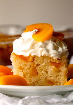 Ingredients 1 cup granulated sugar plus 3 teaspoons, divided 2 cups sliced peaches teaspoon corn starch 2 cups flour teaspoon sa. Köstliche Desserts, Delicious Desserts, Yummy Food, Cupcakes, Cupcake Cakes, 100 Calories, Cake Recipes, Dessert Recipes, Peach Cake