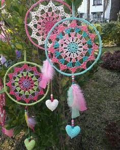 Atrapasueños crochet crochet dreamcatcher, crochet y dream catcher. Crochet Home, Love Crochet, Crochet Gifts, Dreamcatcher Crochet, Dreamcatcher Design, Motif Mandala Crochet, Crochet Doilies, Doily Patterns, Crochet Patterns