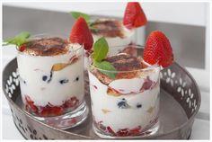 Leichtes Erdbeer-Tiramisu im Glas ist eine fruchtig und leckere Alternative zu normalem Tiramisu. Schnell hergestellt und sehr lecker.