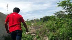 El encargado del lugar muestra por donde pasaron los ladrones de ganado que atacaron el rancho que cuidaba.