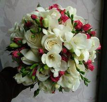 rózsa, bokros rózsa, frézia 35 szálas menyasszonyi csokor - esküvő virág