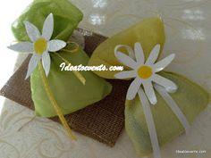 Μπομπονιέρες βάπτισης με θέμα την μαργαρίτα, με χειροποίητες μαργαρίτες ζωγραφική. Christening favors pouches theme daisies. Code N° MB0135 by Ideatoevents
