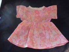 alte-Puppenkleidung-rosa-Kleid-mit-weissem-Kragen