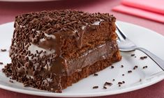 If you are a chocolate fan, you will most certainly enjoy this delicious chocolate cake. Try out the Portuguese brigadeiro cake. It's very easy to do. Cake Recipes For Kids, Delicious Cake Recipes, Healthy Dessert Recipes, Yummy Cakes, Brigadeiro Cake, Chocolates Gourmet, Tasty Chocolate Cake, Bolo Chocolate, Homemade Chocolate