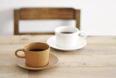 White & dark beige mugs