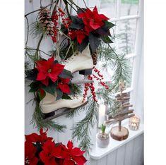 8 nápadov ako vianočnú ružu zakomponovať do výzdoby | DOMA.SK Christmas Poinsettia, Christmas Wreaths, Christmas Decorations, Holiday Decor, Festival Decorations, Ideas Para, Upcycle, Floral Design, Seasons