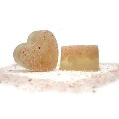 Jabón Sal Rosa del Himalaya. El Jabón de Sal Rosa del Himalaya es perfecto para aplicarlo en la ducha, ya que la sal rosa del Himalaya ejerce una función exfoliante. Al haber utilizado el jabón base de aceite de oliva ejerce también una función hidratante.