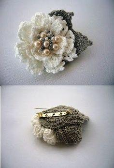 Pregadeira flor em crochet c/ pérolas- do blogue GloriArts & Bijoux