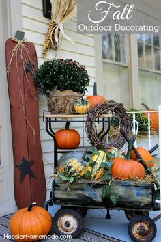 Find quirky ideas for DIY outdoor pumpkin decorations to ready your yard for Halloween. Your kids and guests will thank you because these pumpkin porch decorations are going to make lasting impressions. Autumn Decorating, Pumpkin Decorating, Porch Decorating, Decorating Ideas, Primitive Fall, Primitive Homes, Primitive Country, Deco Design, Design Design