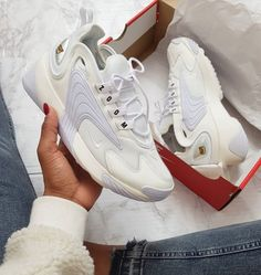 super popular 82aaf 9fb79 Dîtes bonjour aux Nike Zoom 2K blanches 🔥🔥 Baskets dispo sur RunBabyRun     Click to Shop (Photo ©instagram kerrealshakira)