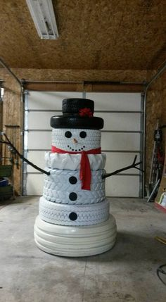 How to turn the old tires into these cute snowmen ? Old tires can be repurposed to make a fun snowman for an outdoor Christmas decoration. Christmas Snowman, Winter Christmas, Christmas Holidays, Christmas Ornaments, Redneck Christmas, Merry Christmas, Snowman Crafts, Christmas Projects, Holiday Crafts