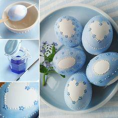 Pomněnková vajíčka s postupem. Tvar bílého místa si předkreslím tužkou. Štětcem nanáším ředěný inkoust. Vosk jsou obyčejné voskovky a tu modrou si míchám z modré, červené a bílé. Používám kovový špendlík. #easter #eastereggs #easteregg #eggs #egg #diy #handmade #homemade#decorations #easterdecor #easterdecoration #vejce #vajicka #dekorace #kraslice #velikonoce #velkanoc #dnestvorim #designer #creative #art #painting #blueandwhite #forgotmenot #bluedecor #oster #ostereier #wielkanoc #pisanki…