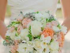 1-bouquet-de-mariée-rond-avec-fleurs-colorés-joli-bouquet-de-fleurs-femme-avec-robe-blanche