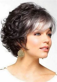 2019 was the year of the lob , a long bob which is in fact a bob with shoulders. Curly Prom Hair, Curly Hair With Bangs, Ombré Hair, Short Curly Hair, Short Hair Cuts, Curly Hair Styles, Thick Hair, Short Hairstyles For Women, Hairstyles With Bangs