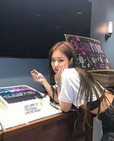 "hourly jennie on Twitter: ""nobody's looking at that damn cake #JENNIE #제니… "" South Korean Girls, Korean Girl Groups, Jennie Kim Blackpink, Black Pink Kpop, Blackpink Photos, Blackpink Fashion, Blackpink Jisoo, Yg Entertainment, Kpop Girls"