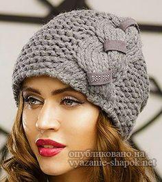 Привет! Сегодня предлагаю вам 4 симпатичные модные шапки, связанные спицами узором с выпуклыми косами. Модельки связаны по кругу платочной вязкой с интересным узором. Главное в этих изделиях &#8212… Crochet Hat Sizing, Crochet Hat With Brim, Crochet Baby Bonnet, Crochet Baby Beanie, Crochet Bows, Crochet Kids Hats, Knitted Hats, Knit Crochet, Diy Crafts Knitting