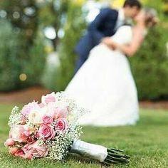 Inspiração de fotos com o buquê de noiva. #buquedenoiva #flores #bridestyle #bridetobe #omsk #hydrangea #dinda #madrinhasdecasamento #buque #amizade #amor #fotoshow #modonoiva #noivasdesalvador #salvador #voucasar #blogdecasamento #casamentonocampo #instafollow #instablogger #noivaantenada #noiva2016 #icaseibr #casamento #buques #branco #marsala #vermelho #frio #combinacion