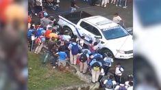 Estudiantes Del Liceo Costa Rica En El Sector Los Ríos Asedian Vehículo De La Policías Por Agentes Arrestar Compañero