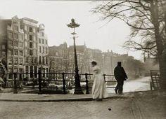 Het lijkt alsof de najaarswind hier langs het Singel waait, een typerende sfeer voor de fotos van Breitner, typisch Breitner-weer. De foto werd genomen bij de Gasthuismolensteeg. 1890-1900