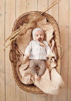 Oppskrifter - Baby - Strikke - Norsk - Sandnes Garn Butterfly Dress, Butterfly Pattern, Zig Zag Pattern, Knee Socks, Knitting For Kids, 2 Colours, Knit Cardigan, Jumpsuit, Dresses For Work