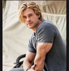Chris Hemsworth is best known for his leading role in Marvel's Thor, The Avengers, and Snow White and the Huntsman. Chris Hemsworth Thor, Hot Guys, Hot Men, Chris Pratt, Chris Evans, Liam Hamsworth, Hemsworth Brothers, Actrices Hollywood, The Avengers