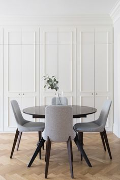 [ A pied-à-terre in the Boston area Beautiful wardrobes / paneling / storage in the dining room Dining Room Storage, Dining Room Design, Best Interior Design, Interior Styling, Home Furniture, Furniture Design, Dining Room Lighting, Room Decor, Boston Area