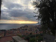 Ventimiglia in Imperia, Liguria hier sollte man unbedingt zum spannenden Wochenmarkt gehen welcher Donnerstags/Freitags (vorher informieren)statt findet. Hier kommen viele Franzosen zum shoppen. Man findet leckeres und besonders toll Handschuhe, Gürtel, Überbettdecken und solche Dinge