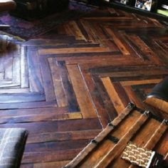 Hardwood Flooring Made From Shipping Pallets. I love wood flooring Pallet Projects, Pallet Ideas, Diy Projects, Planchers En Chevrons, Pallet Floors, Wood Flooring, Hardwood Floors, Flooring Ideas, Unique Flooring