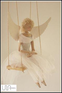 Anioł w Szpilkach na huśtawce