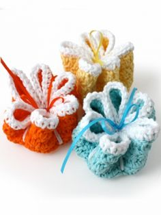 Ribbon Flowers Dishcloths free Crochet Pattern The adorable ribbon detail on these pretty floral dishcloths make them the perfect gift for your favorite host or hostess! Crochet Home, Crochet Gifts, Crochet Yarn, Crochet Flowers, Crochet Kitchen, Crotchet, Knitting Patterns Free, Crochet Patterns, Free Knitting