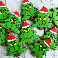 Easy and Fun Christmas Treats for Kids to Make - Sugar Cookies - Annemarie Brder - Easy and Fun Christmas Treats for Kids to Make - Sugar Cookies Grinch Christmas Sugar Cookies - Grinch Party, Grinch Christmas Party, Christmas Tree Cookies, Christmas Snacks, Christmas Goodies, Holiday Cookies, Iced Cookies, Holiday Desserts, Christmas Cupcakes