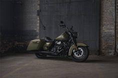 Uma nova e agressiva custom bagger banhada a preto e propulsionada pelo novo motor Milwaukee-Eight de 1750cc.