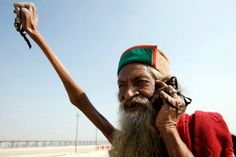 Sadhu Amar Bharati, an Indian holy man claims he hasnt put his right hand down since 1973! He has kept it up in the air for 40 long years! #FunnyFacts #RandomBizarreFacts