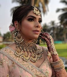 From Satlada's to Rani Haar and Kundan sets, we found the most trending jewellery ideas for real brides. Here are some bridal necklace designs ideas to help you decide your bridal jewellery. Bridal Bangles, Bridal Necklace, Choker Necklaces, Bridal Looks, Bridal Style, Pink Bridal Lehenga, Indian Bridal Makeup, Wedding Makeup, Asian Bride