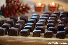 God 1. adventshelg! Ikke en jul uten karameller! Du finner mine beste oppskrifter på karameller HER. Denne gangen har jeg brukt min yndlingsoppskrift på Myke karameller og laget en fantastisk herlig sjokoladevariant. Jeg dyppet noen av sjokoladekaramellene i smeltet sjokolade slik at de fikk sjokoladetrekk, men det er ikke nødvendig. Perfekt konfekt til jul og som spiselig julegave! Small Cake, Blusher, Macarons, Xmas, Christmas Stuff, Candy, Cookies, Shapes, Chocolate
