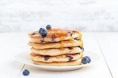 Een basisrecept voor echt Amerikaanse pancakes. Je kunt dit aanpassen naar je eigen voorkeuren, door bijvoorbeeld (een deel van) de bloem te vervangen door meel, de suiker door agavesiroop en door plantaardige melk naar keuze te gebruiken. Je kunt ook andere bessen dan de klassieke bosbes kiezen, en als ze niet in het seizoen zijn, kijk dan eens in het vriesvak bij de super: daar vind je tegenwoordig steeds vaker allerlei heerlijk zomerfruit!