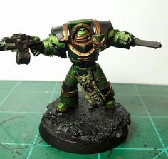 Vallejo Verde Negroe Ink, airbrushed over successive zenthinal highlights of vallejo air metallics. Washed with agthrax earthshade and druichi violet Warhammer Figures, Warhammer 40k Miniatures, Warhammer 40000, Salamanders 40k, Salamanders Space Marines, The Horus Heresy, Imperial Fist, Space Wolves, Metal
