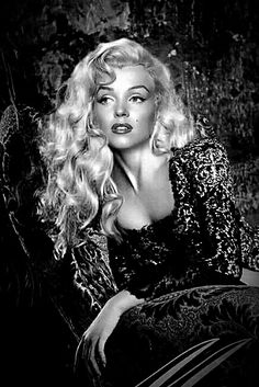 Marilyn Monroe...wow, I've never seen a photograph with her long hair. So pretty !