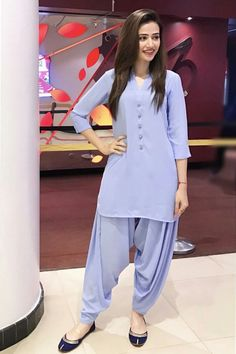 Beautiful Sana Javed Looks Like A Superstar in Solid Colors! How Much Do You Love Those Traditional Khusas? #Gorgeous #Elegant #Style #SanaJaved #SummerCasual #CoolColors #PakistaniFashion #PakistaniActresses #PakistaniCelebrities ✨