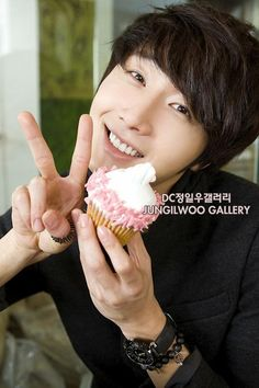 Jung Il Woo is sending you a cupcake for your birthday. Asian Celebrities, Asian Actors, Korean Actors, Jung Ii Woo, Yong Pal, Lee Bo Young, Yoo Ah In, Moon Chae Won, Song Joong Ki