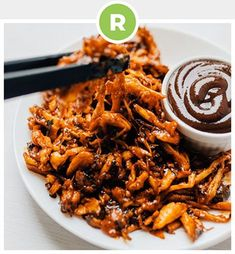 By shredding king oyster mushrooms, seasoning with spices, and baking, you can create a vegan mushroom pulled pork that rivals the real stuff. Source: Mushroom Pulled Pork (Vegan + Under 30 Minutes… Vegan Recipes Videos, Vegetarian Recipes Easy, Healthy Recipes, Vegan Vegetarian, Vegan Pulled Pork, Pulled Pork Recipes, Pasta Primavera, Roast Beef Sandwich, Food Truck