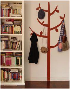 Perchero pintado en la pared • Painted coat rack