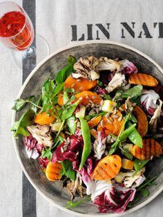 旬のフルーツをグリルすることで、より甘みも増します。トレビスが手に入らなければ紫キャベツになど彩りのよい野菜でもOKです。また、いんげん豆やさやいんげんに代用できます。