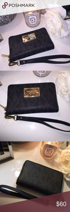 Authentic rare Mk wristlet in black logo ✨ In amazing condition the only sign of wear is surface scratches on the plate from storage. Saffiano and pvc material gold hardware zipper works perfectly inside is like new! This was a very difficult color that customers still look for ! Michael Kors Bags Clutches & Wristlets