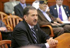 Congresista que votó contra uso obligatorio de cascos murió en un accidente en moto