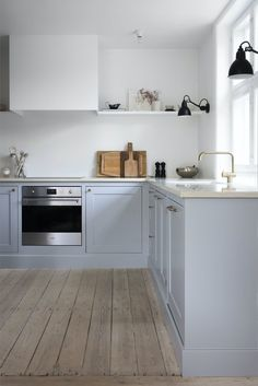 In this pretty grey kitchen the kitchen fan is hidden behind a box that aligns with shelves on both sides. Kitchen Fan, Kitchen Tiles, Diy Kitchen Shelves, Home Decor Kitchen, Interior Desing, Interior Decorating, Blue Gray Kitchen Cabinets, Narrow Shelves, Built In Ovens
