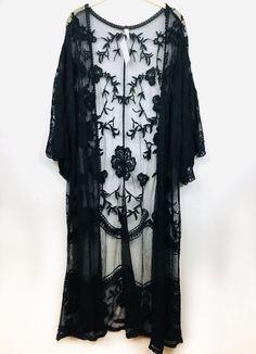 Schwarzes Spitzen Kimono Top Source by derricklauththt 2019 moda elegantes Lace Cardigan Outfit, Black Kimono Outfit, Black Lace Kimono, Lace Vest, Boho Kimono, Kimono Fashion, Kimono Top, Lace Clothing, Seasons