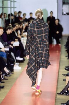 See detail photos for Comme des Garçons Fall 1999 Ready-to-Wear collection.
