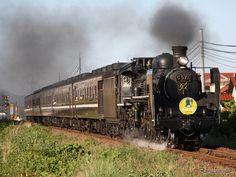 レトロ調に改装された12系客車をC57形蒸気機関車がけん引する『SLやまぐち号』。12系客車は8月27日限りで『SLやまぐち号』の運用から外れるが、9月2日に臨時列車『ありがとうレトロ客車』で運用される。